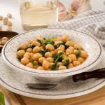 Recetas vegetarianas IV: espinacas con garbanzos, pasas y piñones