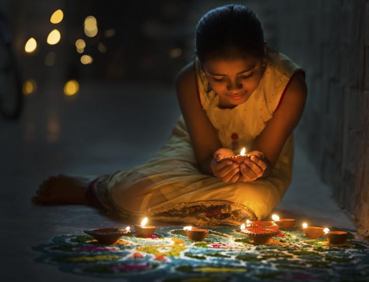 Una niña celebrando el festival Diwali. © Soumen Nath/ iStock