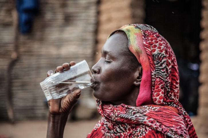 Mujer bebiendo agua limpia