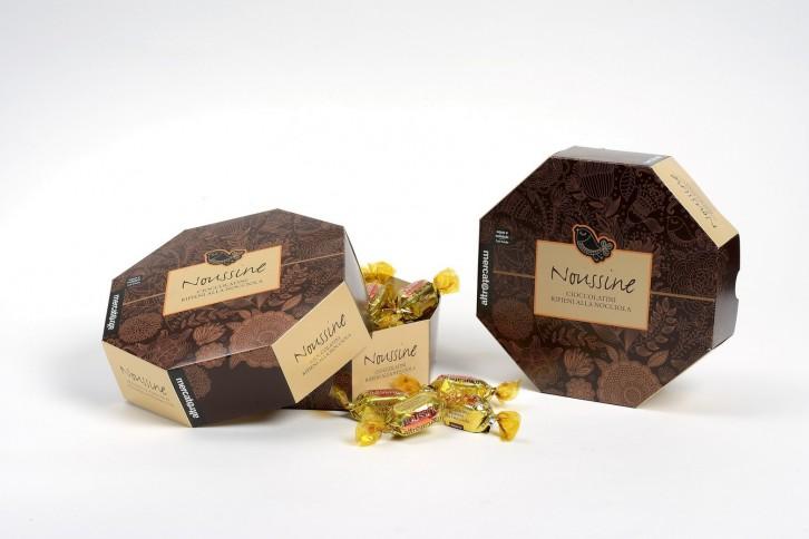 Bombones rellenos de crema de cacao y avellanas. Vienen 28 bombones en un envoltorio dorado individual.PVP 7,99€