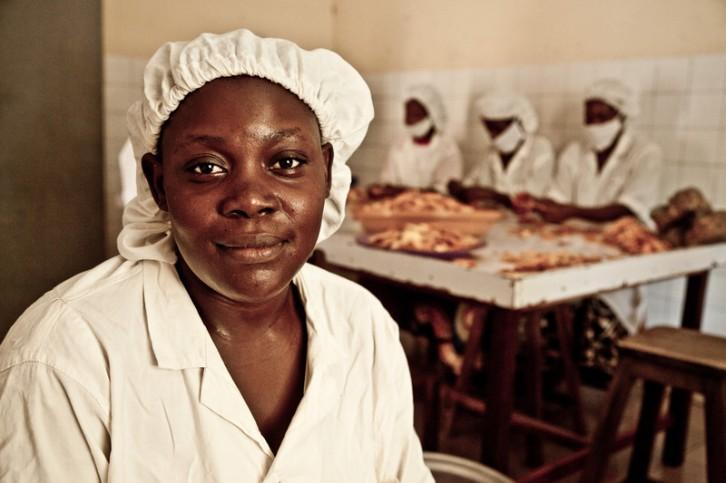 © Pablo Tosco/Oxfam Intermón  Viviane Barro, trabajadora de la sección de secado de mangos de Wouol