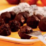 Bombones con fruta y chocolate solidario: te enseñamos cómo hacerlos