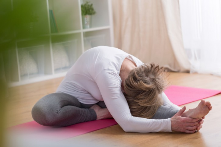 Trucos para hacer yoga en casa sin instructor - Que hacer en pareja en casa ...