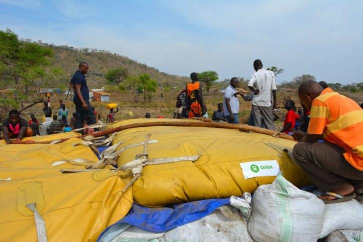 Instalación de un bladder en Sudan del Sur (c) Oxfam