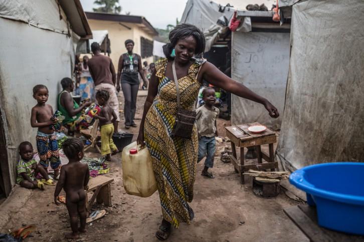 ©Pablo Tosco /Oxfam Intermón Monique, que vive desde hace dos años en un campo de desplazados de Bangui, recoge agua en un punto de distribución instalado por Oxfam Intermón
