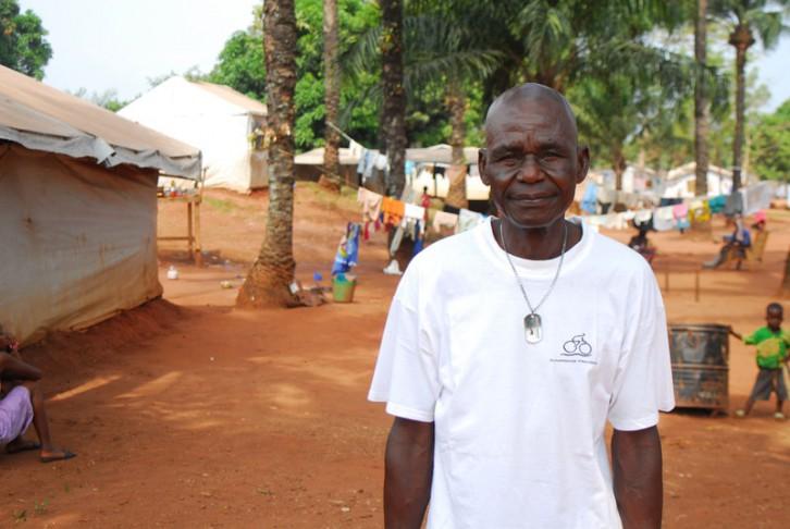 Maurice Nzundiale lleva más de dos años viviendo en el sitio de desplazados de Grand Séminaire, en Bangui, porque su casa fue incendiada a causa del conflicto. Grand Séminaire alberga en precarias condiciones a más de mil personas huidas de la violencia. Oxfam provee de agua potable a sus habitantes, ha construido letrinas y duchas, y lleva a cabo tareas de promoción de la higiene.  Copyright María José Agejas/Oxfam Intermón