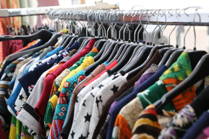 77de46a457 Descárgate aquí nuestra guía gratuita sobre el Comercio Justo y descubre  este sistema de consumo responsable y sostenible. ropa-segunda-mano