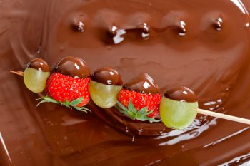 brocheta-fruta-con-chocolate