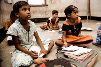 Un grupo de alumnos asisten a una clase de la escuela construida por el grupo productor Amar Kutir de la comunidad de Bolpur. Esta escuela forma parte de los programas sociales de esta organización. Índia es el principal proveedor de artículos para nuestras tiendas de comercio justo. Apoyando a sus productores contribuimos a que muchas familias tengan un trabajo digno. © Pablo Tosco/Oxfam Intermón