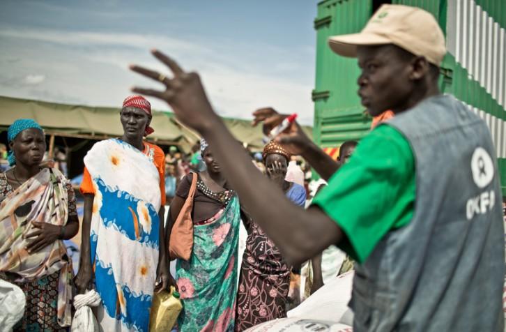 El campo de desplazados de Mingkaman, en Sudán del Sur, se ha convertido en refugio para casi 100.000 personas que huyeron de enfrentamientos violentos. Las personas que llegan necesitan agua, comida y un techo dónde refugiarse. Cerca de un millón de personas han tenido que abandonar sus hogares a causa de los enfrentamientos y se han quedado sin medios propios para alimentarse.  (c) Pablo Tosco / Oxfam Intermón