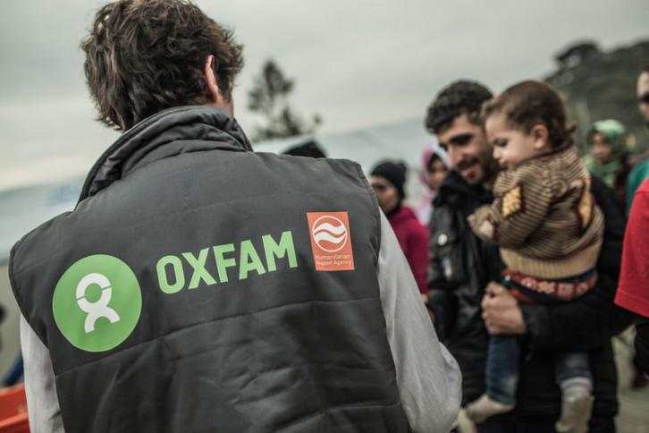 Un grupo de voluntarios durante la distribución de comida a las personas refugiadas. El campo de Moria acoge a las familias refugiadas o migrantes que llegan a la isla de Lesvos (Grecia). Aquí tienen que registrarse para cruzar Grecia y seguir su camino hacia la próspera Europa. Además, reciben la ayuda de las ONG internacionales como Oxfam, Médicos sin Fronteras, Save the Children, y muchas otras. Hay casas para pasar la noche, duchas, baños, espacios habilitados para mujeres y niños. Además se reparte comida y se distribuyen a las familias más vulnerables productos útiles para el viaje comos sacos de dormir, zapatos, guantes, gorros, bufandas, pañales, toallitas, kits de higiene, chubasqueros, linternas y un larguísimo etcétera.  Oxfam está distribuyendo comida y productos de ayuda básica como sacos de dormir, ropa de abrigo y mantas. (c) Pablo Tosco / Oxfam Intermón