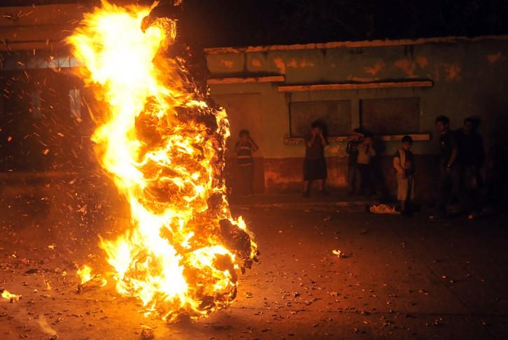 Fuente: http://www.soy502.com/articulo/cientos-de-guatemaltecos-dan-vida-la-tradicional-quema-del-diablo
