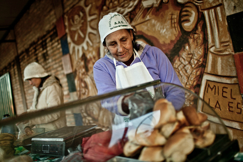 © Pablo Tosco/ Oxfam Intermón Celina Villalba en la feria de venta de productos agrícolas. Vive en la comunidad de Tapecaaguy, cerca de San Pedro