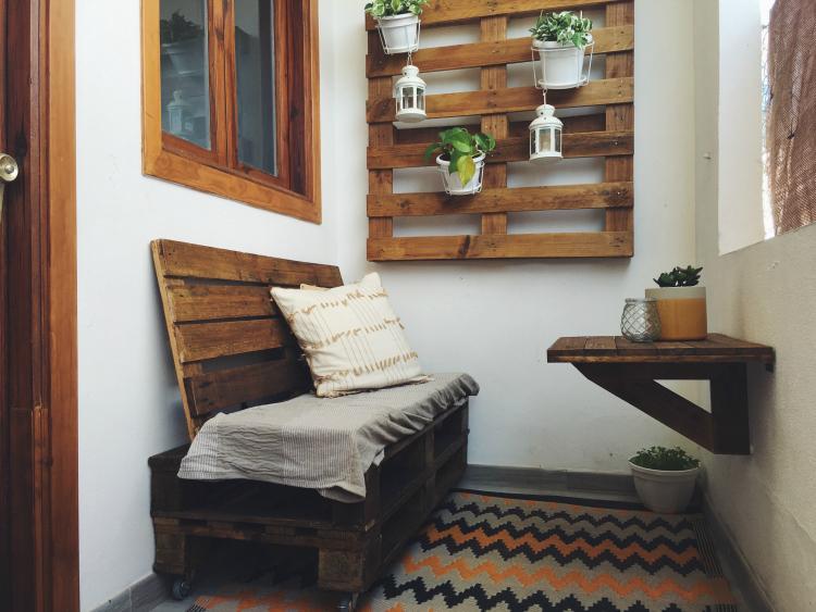 """""""decorar-patio-pequeño-con-palets"""""""